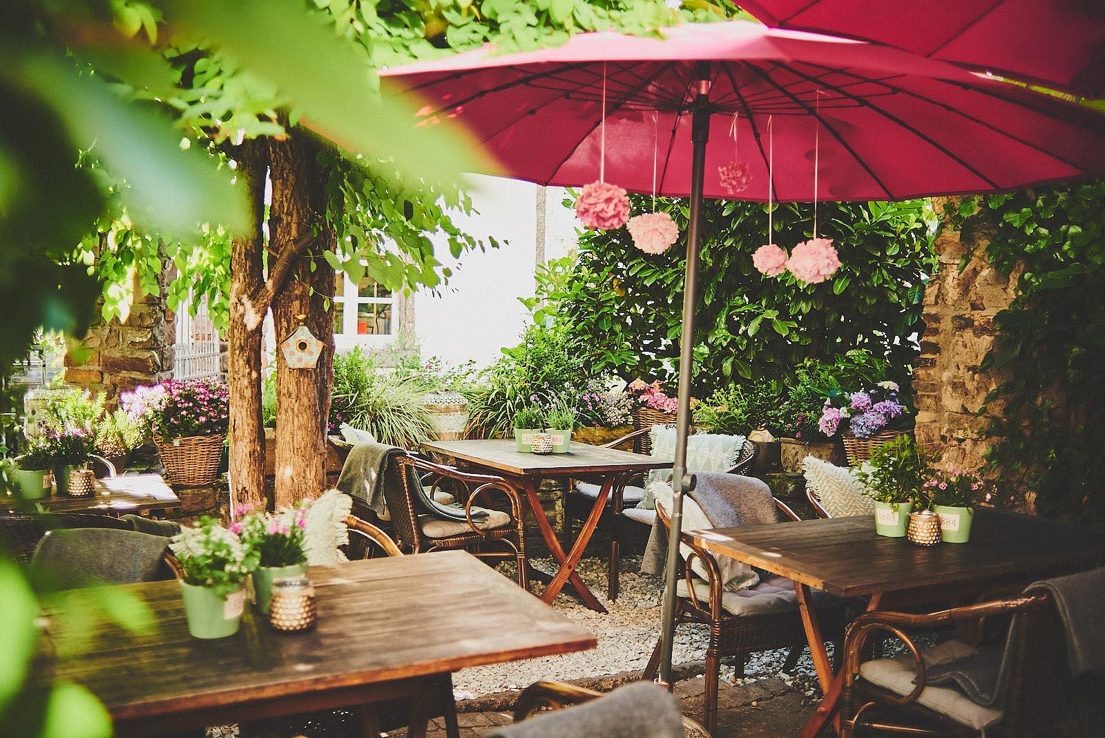 Gemütlicher Außenbereich im Hinterhof Cafe Pfefferminzje in Koblenz - Imagefotografie von Anna Schneider neon fotografie