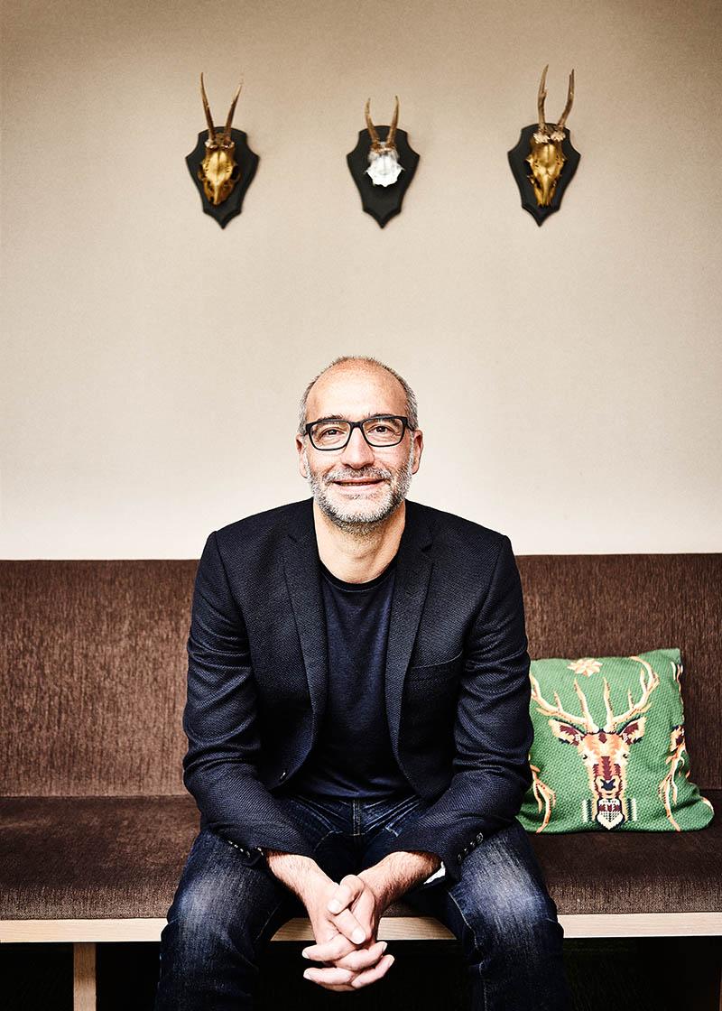 Witziges und außergewöhnliches GeschäftsführerPortrait im Hotel Zugbrücke Grenzau - Imagefotografie und Storytelling für Unternehmen