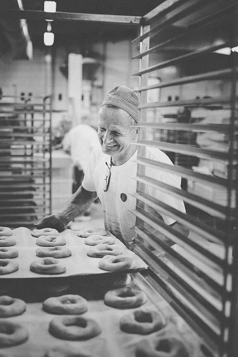 Sympathisches Porträt eines Bäckers in der Backstube Foodreportage und Editorial Bäckerei Geisen Der Brotbäcker
