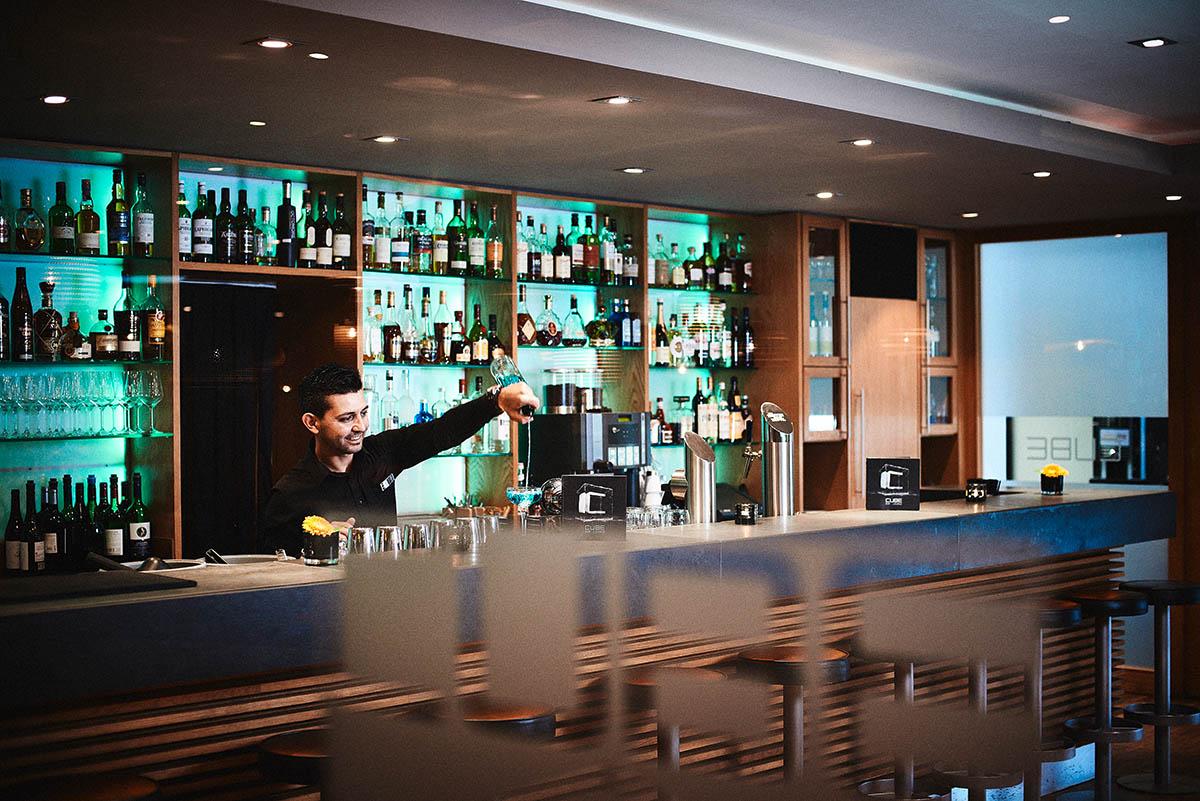 Barkeeper mixt Drinks und Cocktails an der Hotelbar - Imagefotografie und Storytelling für Unternehmen
