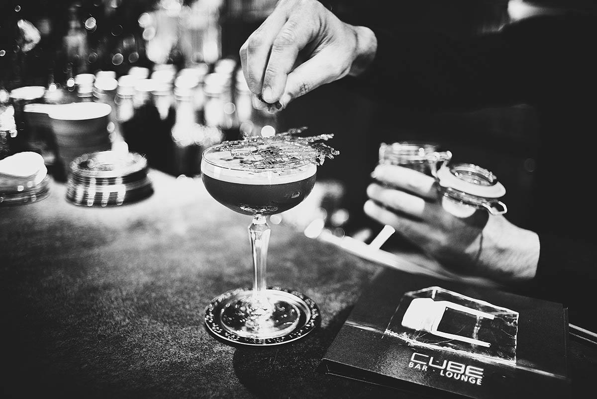 Drinks und Cocktails an der Hotelbar des Cube in der Zugbrücke Grenzau - Imagefotografie und Storytelling für Unternehmen