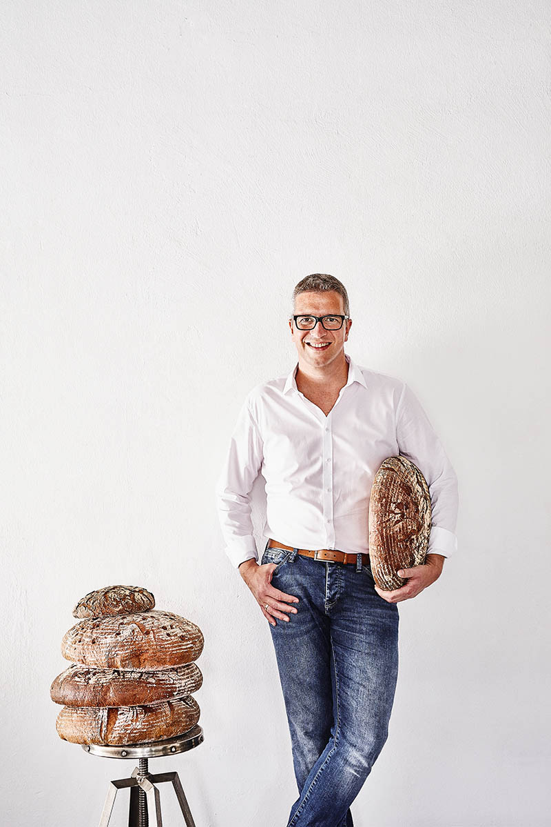 Modernes Portraitfoto Geschäftsführer und Bäckermeister Foodreportage und Editorial Bäckerei Geisen Der Brotbäcker