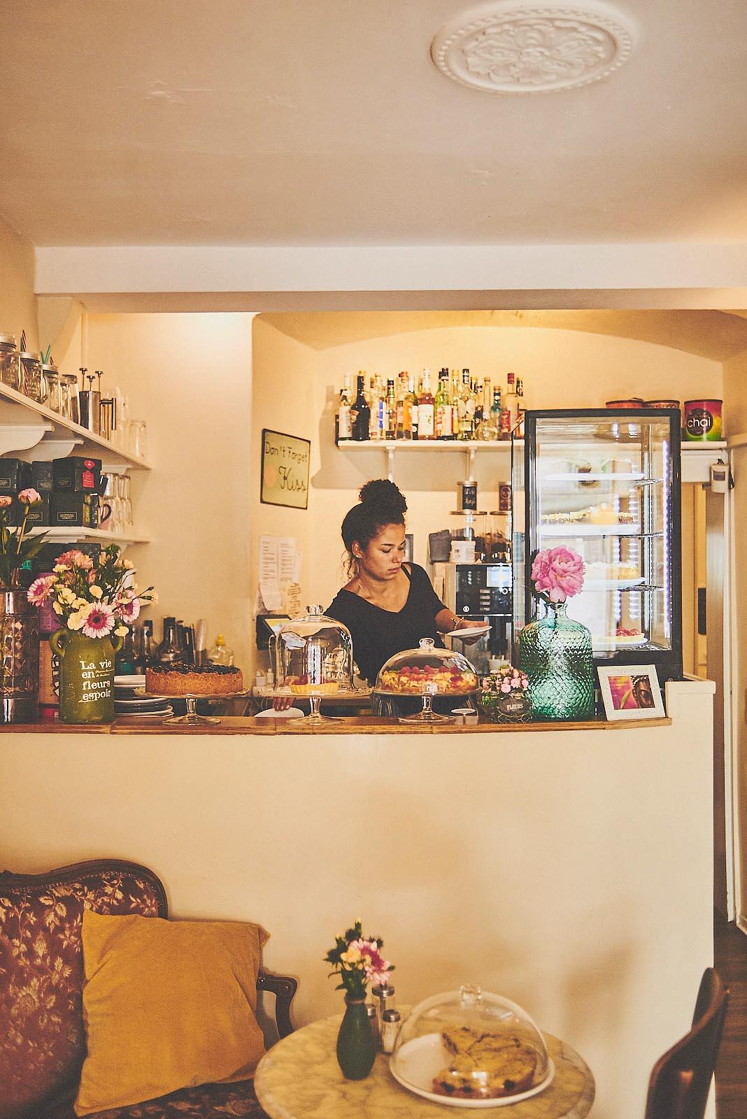 Theke im Cafe Pfefferminzje in Koblenz - Imageotografie von Anna Schneider neon fotografie