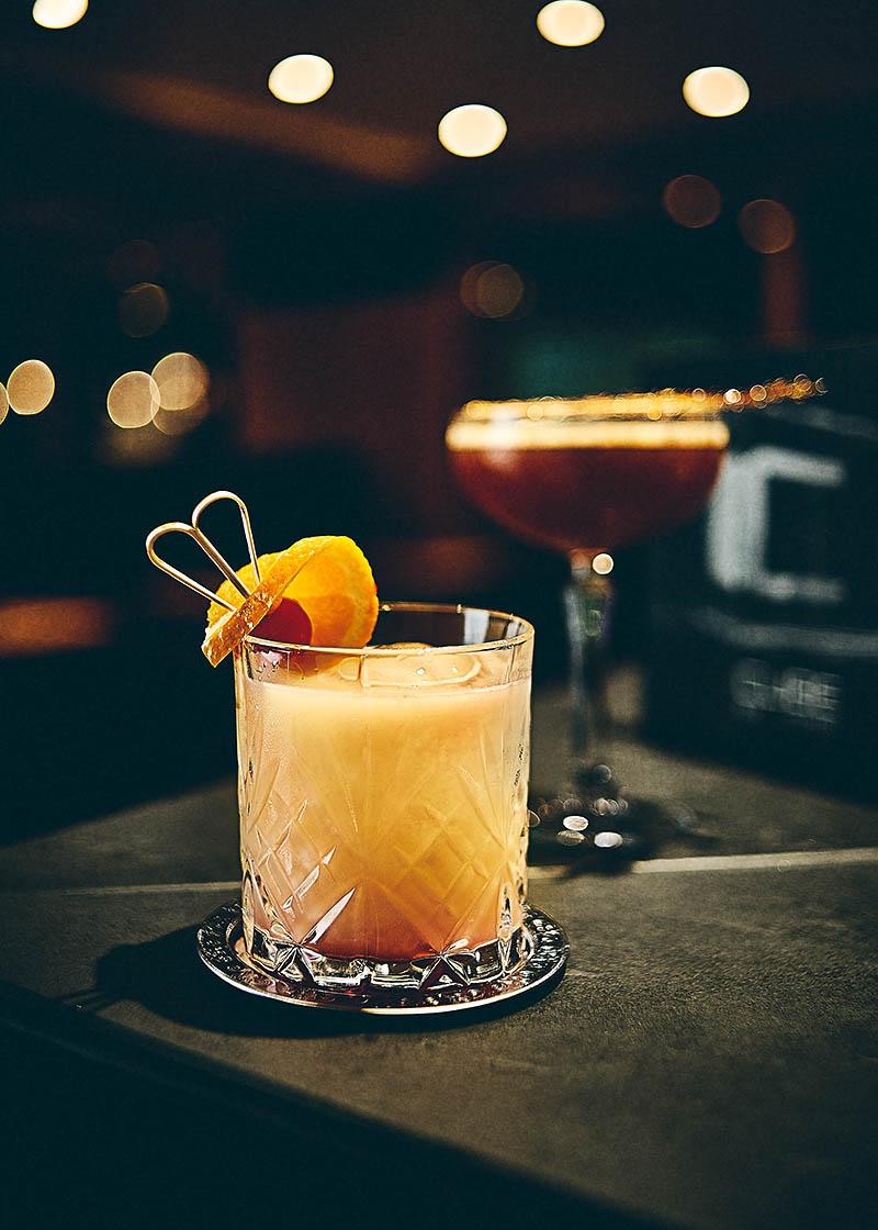 Frische Cocktail an der Hotelbar Cube im Hotel Zugbrücke Grenzau - Imagefotografie und Storytelling für Unternehmen