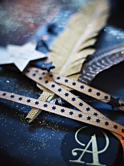 Moderne Geschenkverpackung in schwarz und gold mit Papier und Bändern von DEPOT - Produkt-Fotografie: Anna Schneider / neon fotografie Styling: Eva Schwarz