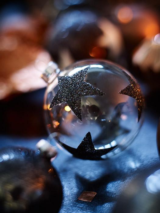 Weihnachts-Kugel aus Glas mit Glitter Sternen von DEPOT - Produkt-Fotografie: Anna Schneider / neon fotografie Styling: Eva Schwarz