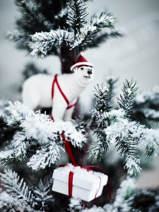 DIY-Idee ungewöhnlichen Weihnachtsbaum-Schmuck aus Schleich-Tieren selbst machen z.B. mit Eisbären