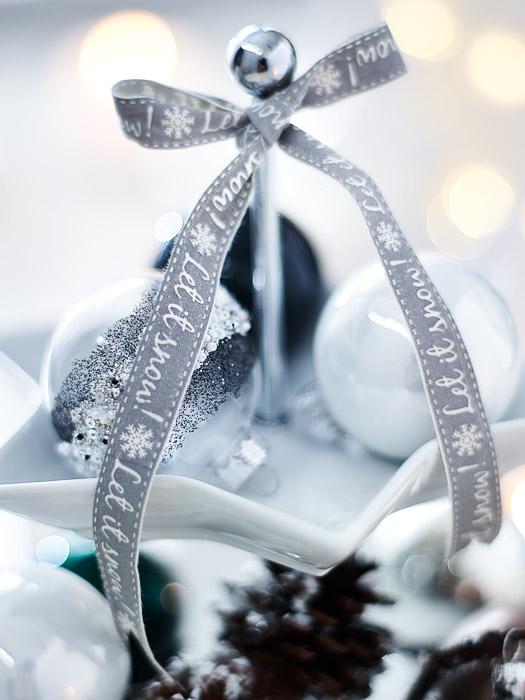 Skandinavische weiße Weihnachtsdeko mit Kugeln und Bändern von Depot