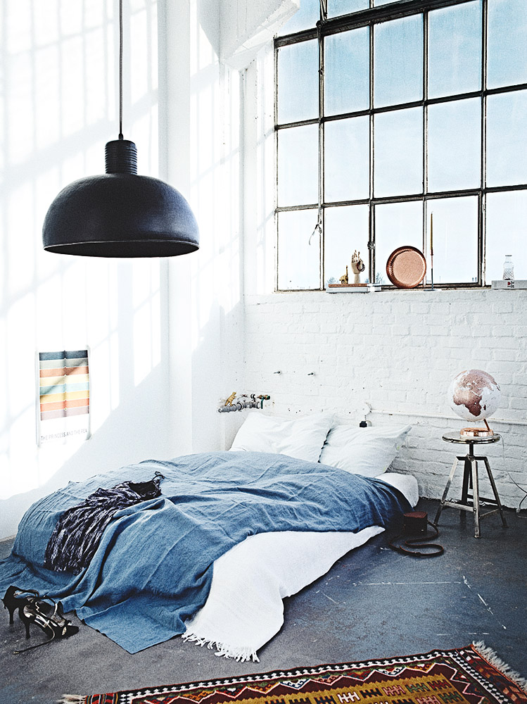 Schlafzimmer im weißen Industrie-Loft - Foto: Anna Schneider / neon fotografie Styling: Salome Kleb / Little Moods
