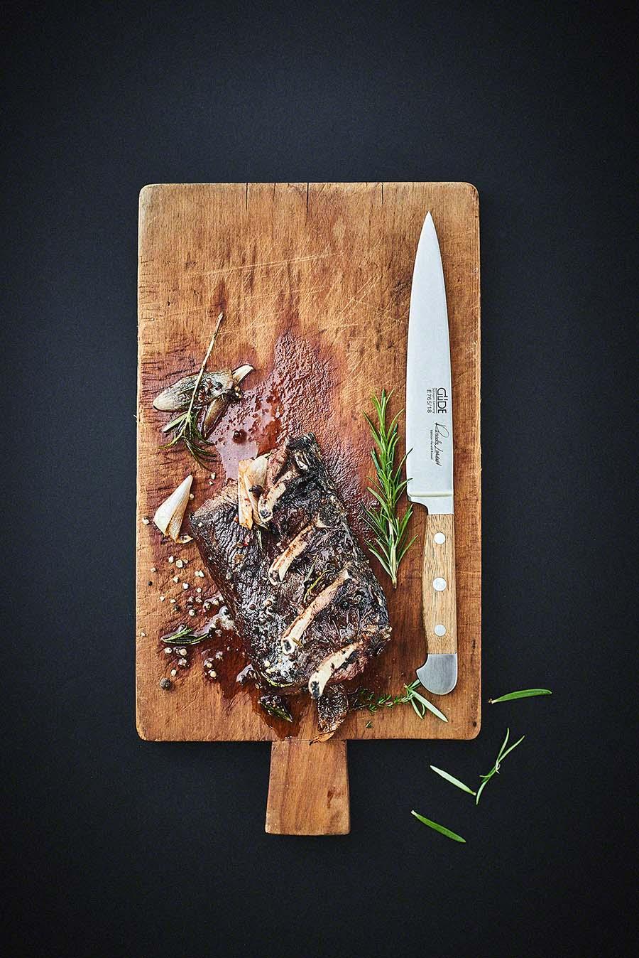 Hirschrücken auf Holzbrett Wildgericht - Foodfotografie für das Kochbuch WILD von Harald und Maximilian Rüssel
