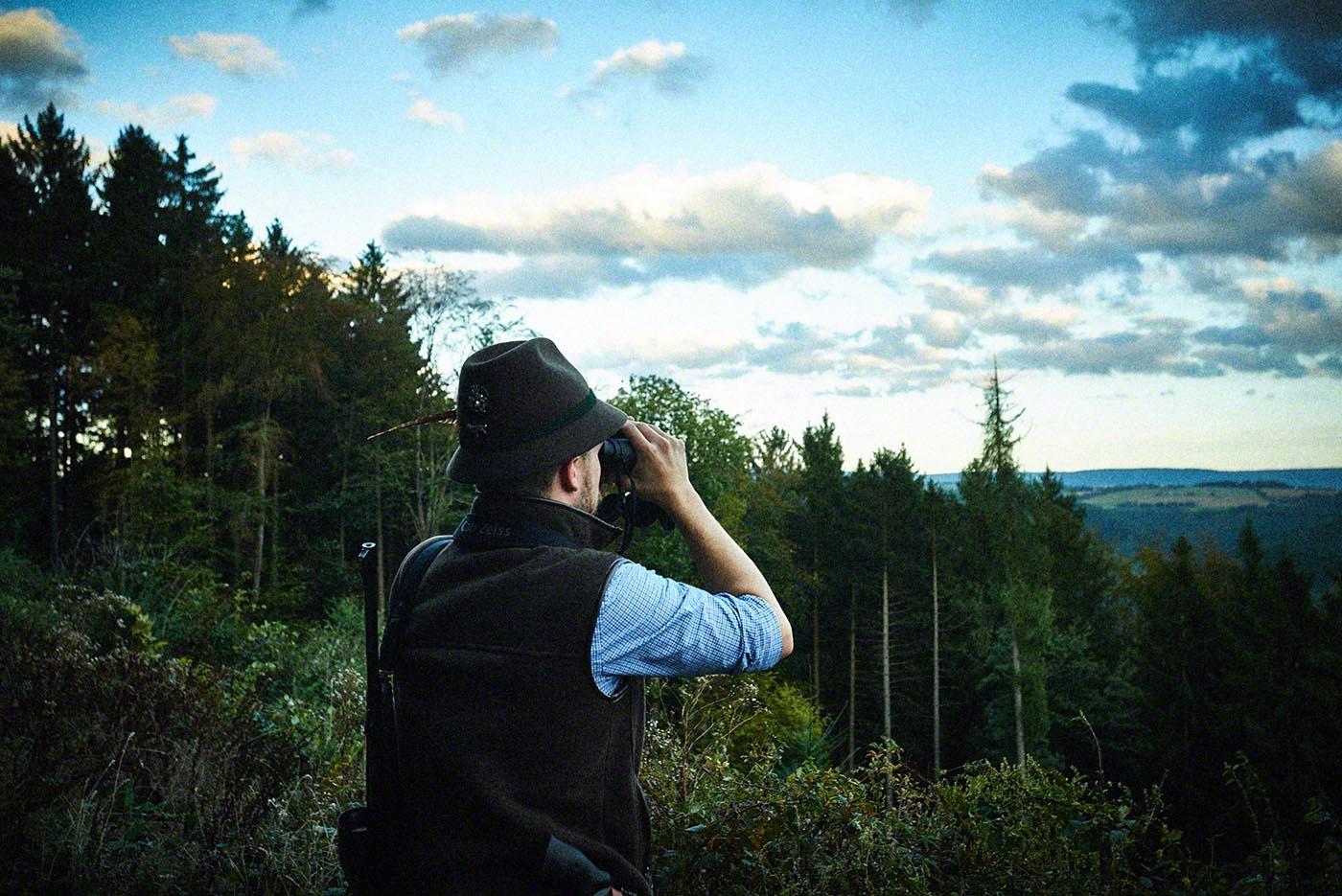 Jäger blickt durchs Fernglas - Jagd-Reportage mit Sternekoch Harald und Maximilian Rüssel Fotos: neon fotografie