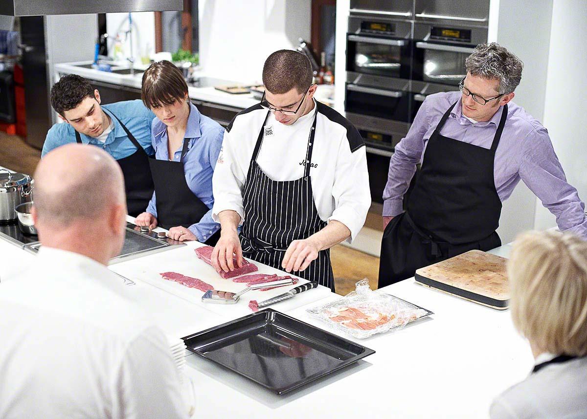 Gemeinsames Kochen in der Kochschule - Food-Reportage: Anna Schneider neon fotografie