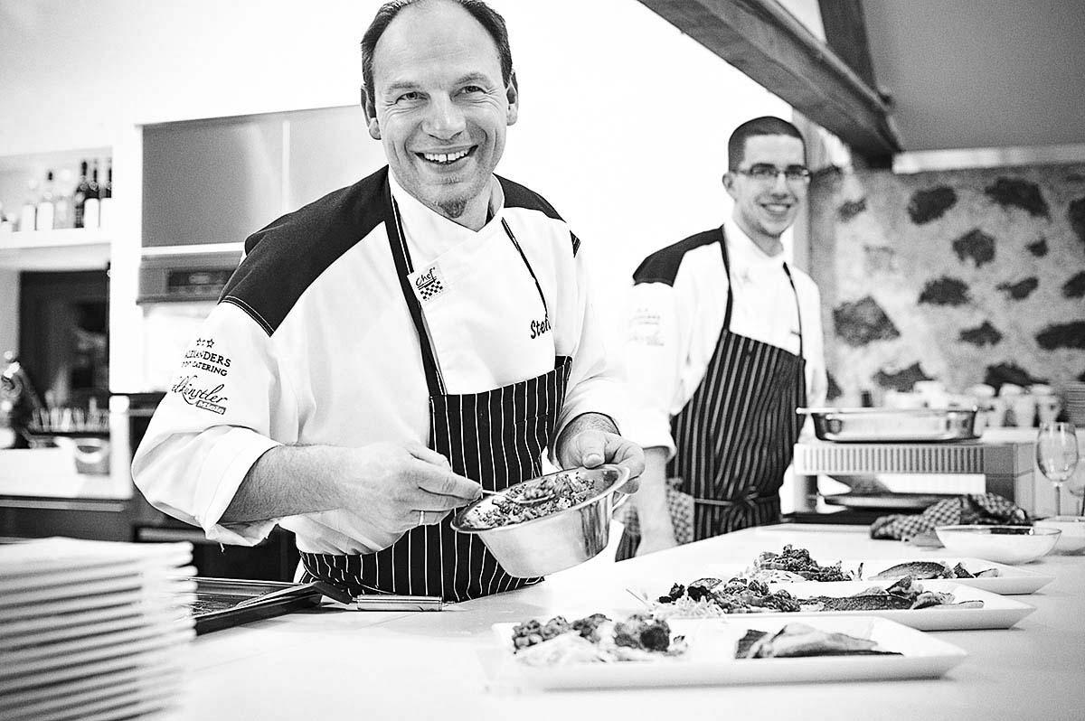 Köche beim Anrichten der Teller - Food-Editorial: Anna Schneider neon fotografie