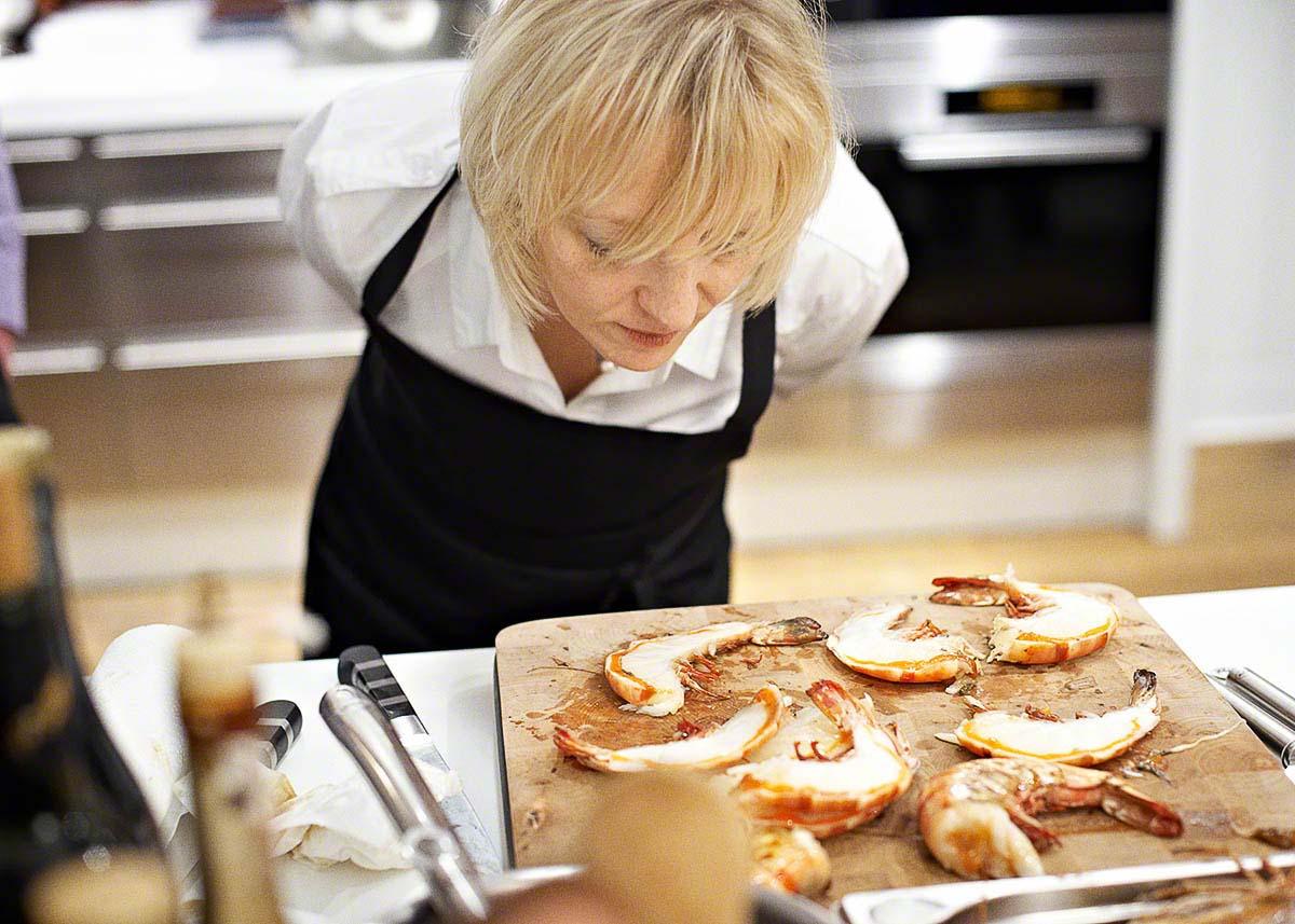 Riesengarnelen braten in der Kochschule - Editorial Food-Fotografie: Anna Schneider neon fotografie
