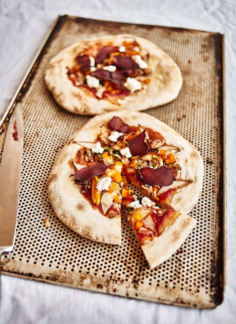 Pizza mit Wildschinken- Foodfotografie für das Kochbuch WILD von Harald und Maximilian Rüssel