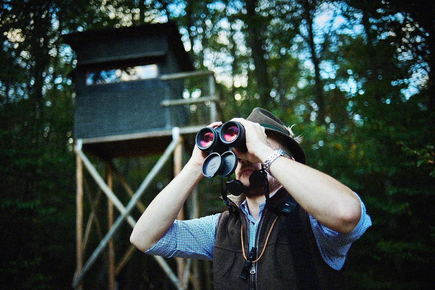 Jäger blickt durch Fernglas - Jagd-Reportage mit Sternekoch Harald und Maximilian Rüssel Fotos: neon fotografie