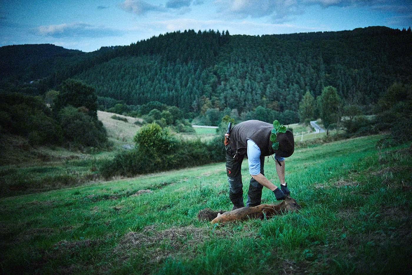 Jäger kontrolliert geschossenes Reh - Jagd-Reportage mit Sternekoch Harald und Maximilian Rüssel Fotos: neon fotografie
