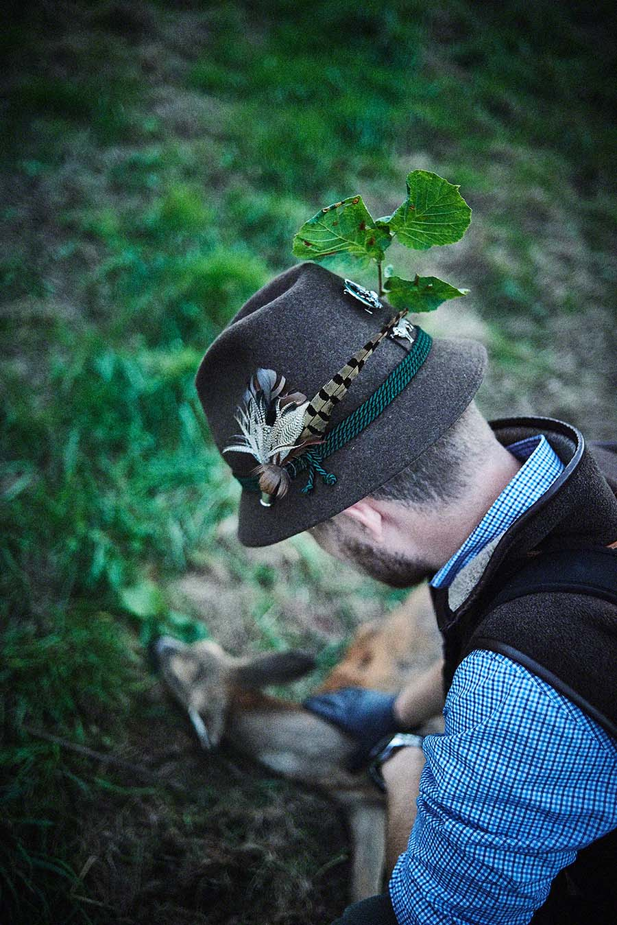 Jäger begutachtet geschossenes Wild - Jagd-Reportage mit Sternekoch Harald und Maximilian Rüssel Fotos: neon fotografie