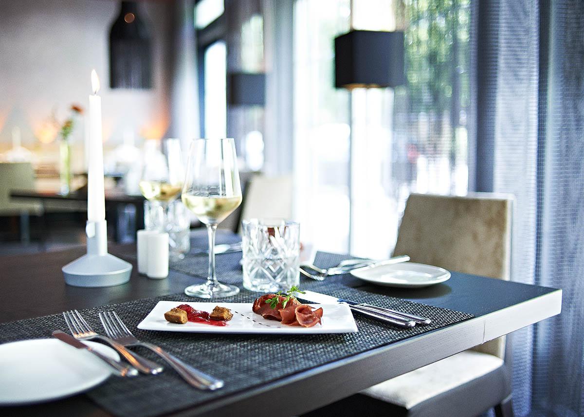 Gedeckter Tisch im Restaurant - stimmungsvolle Interieur-Aufnahmen für Gastronomie - Imagebroschüre Hotel Zugbrücke Grenzau