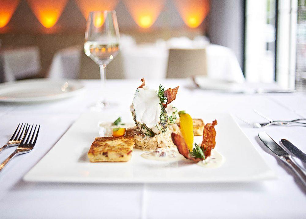 Leckeres Fischgericht im Restaurant des Hotels Zugbrücke - Food-Fotografie für Gastronomie und Restaurants - Imagebroschüre Hotel Zugbrücke Grenzau