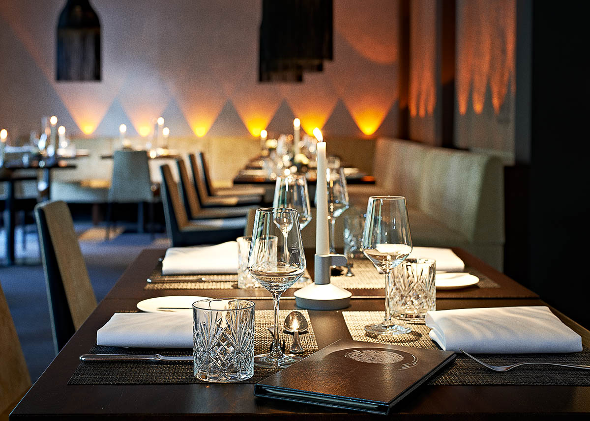 Stimmungsvoll gedeckter Tisch im Restaurant der Zugbrücke - Imagebroschüre Hotel Zugbrücke Grenzau