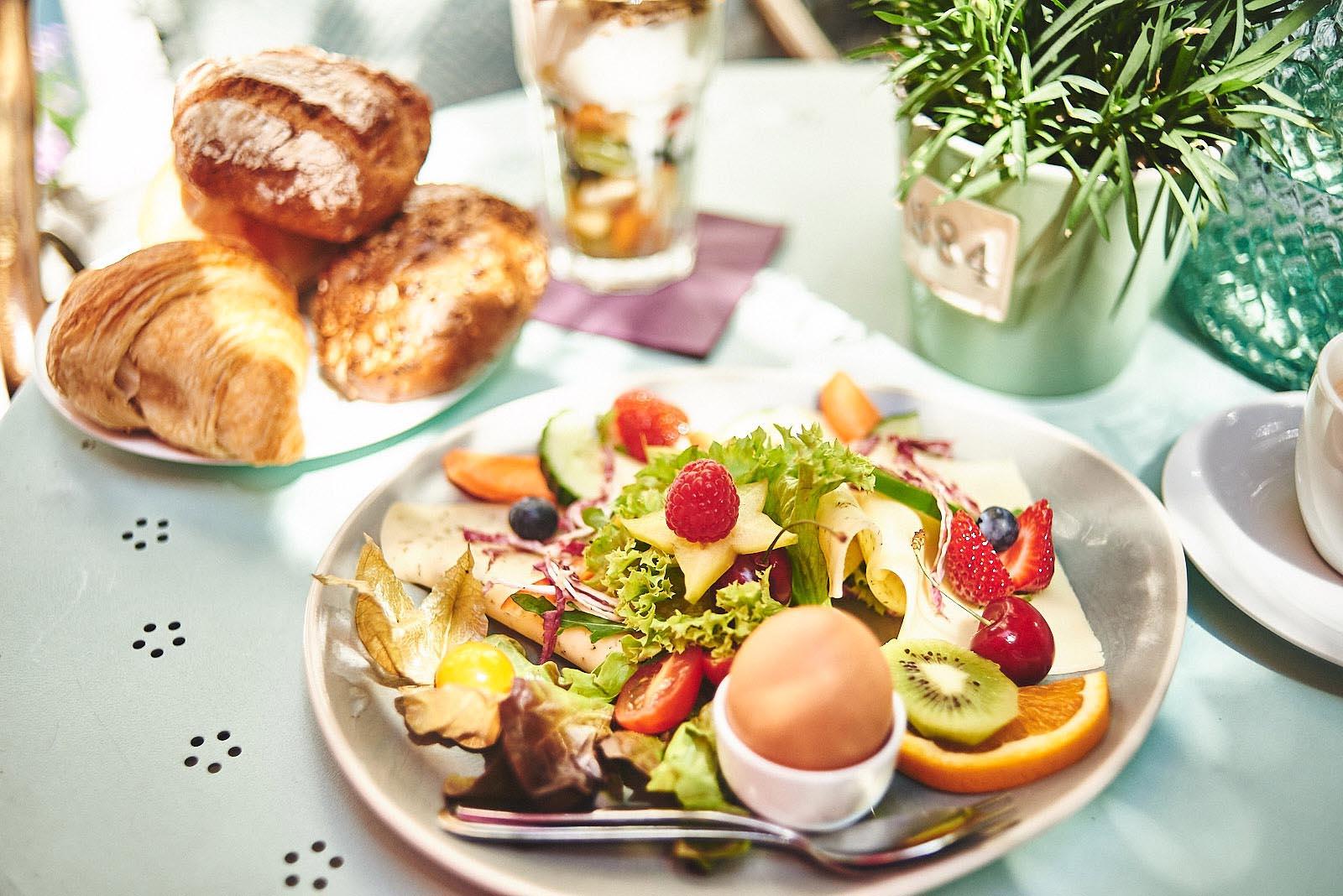 Frisches und liebevoll dekoriertes Frühstück im Cafe Pfefferminzje in Koblenz - Foodfotografie von Anna Schneider neon fotografie