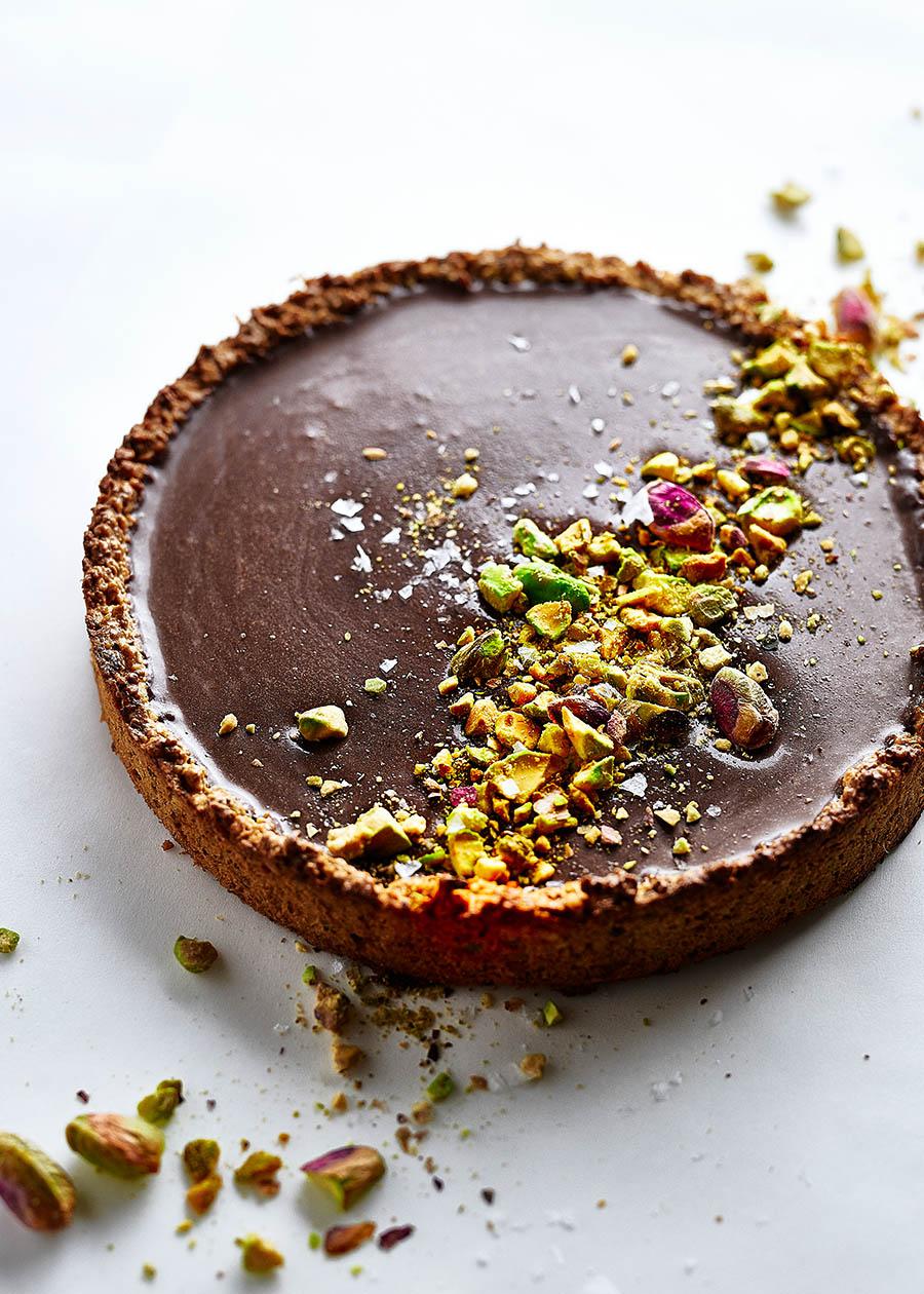 Foodfoto knusprige Tarte aus Pistazien mit Schokoladen Ganache