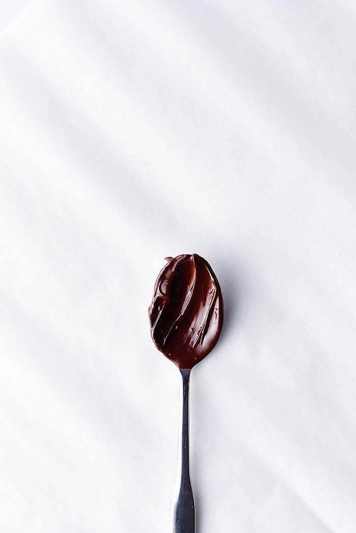 Löffel mit Schokoladencreme auf weißem Untergrund - Foodfotografie
