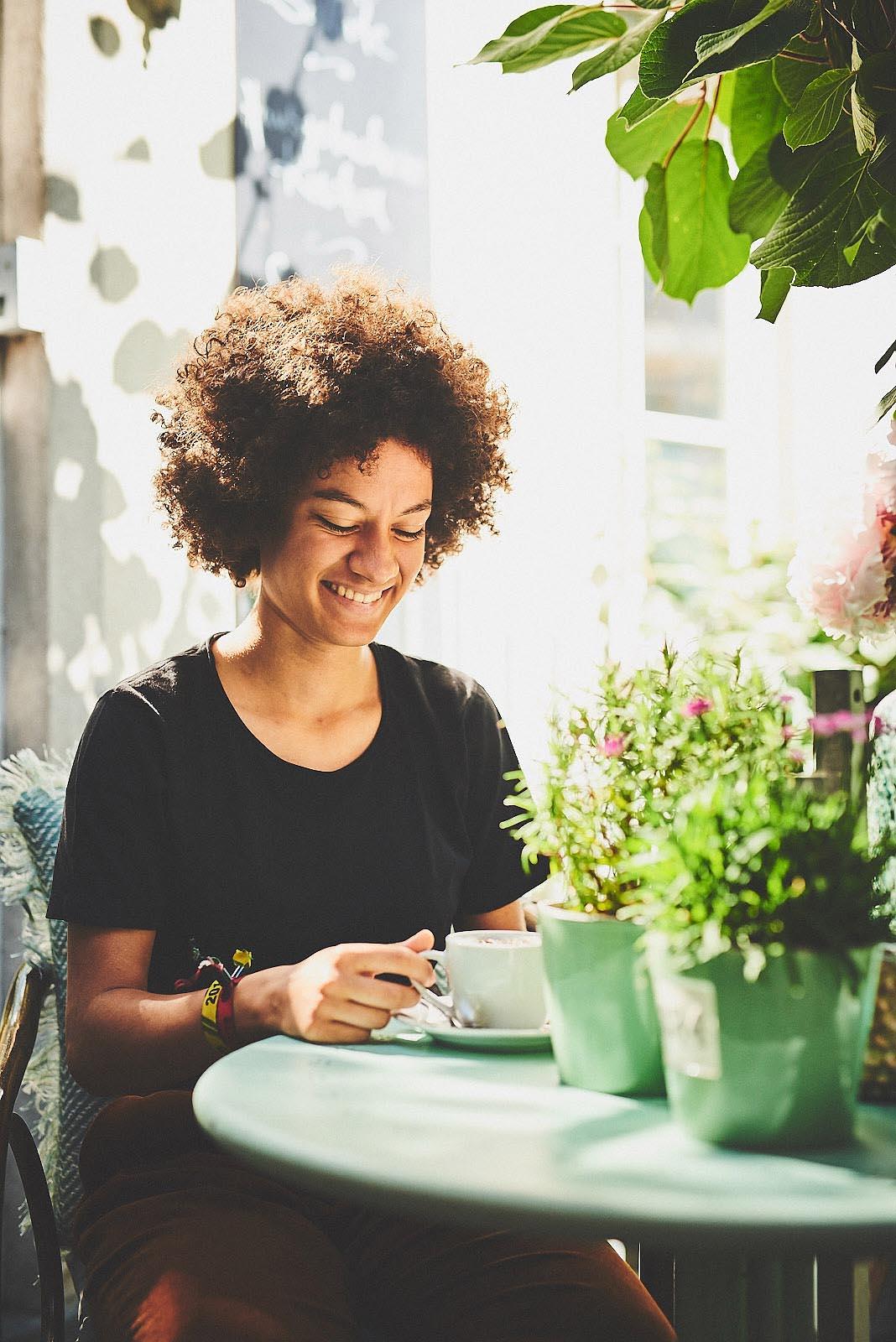 Junge Frau trinkt Kaffee im Cafe Pfefferminzje in Koblenz - Imagefotografie von Anna Schneider neon fotografie