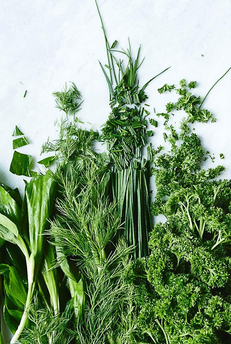 Foodfotografie frisch gehackte grüne Kräuter auf Marmor