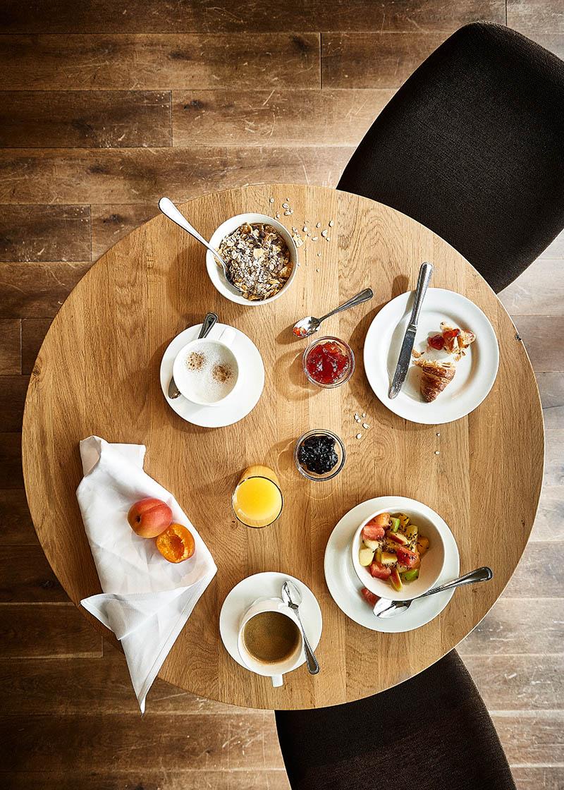 Gedeckter Frühstückstisch von oben Hotel Zugbrücke Grenzau - Imagefotografie und Storytelling für Unternehmen