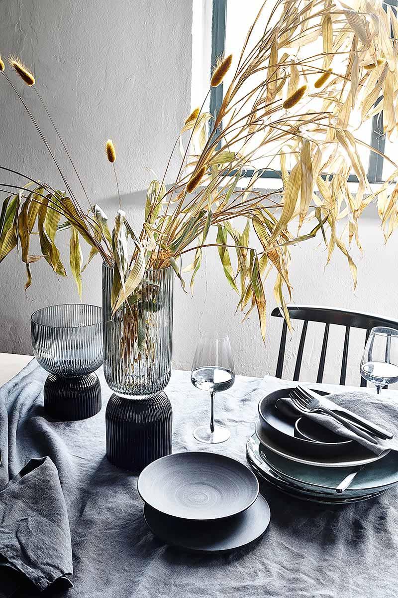Tischdeko mit Bambus und schwarzem Geschirr