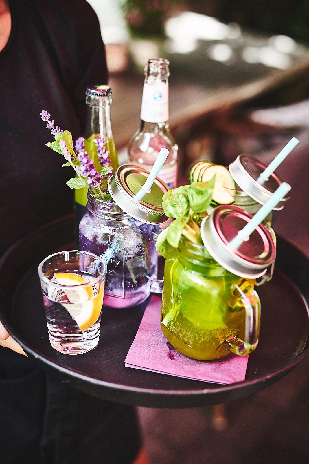 Liebevoll dekorierte Getränke und Limonaden auf Tablett im Cafe Pfefferminzje in Koblenz - Foodfotografie von Anna Schneider neon fotografie