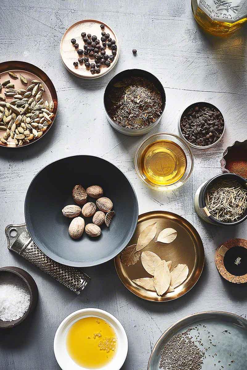 Verschiedene Kräuter und Gewürze - Foodfotografie