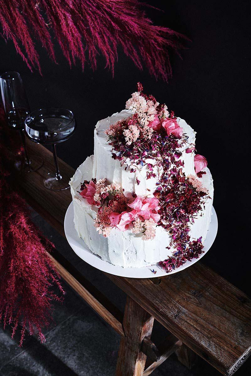 Hochzeitstorte mit Blüten und Himbeeren Foodfotografie