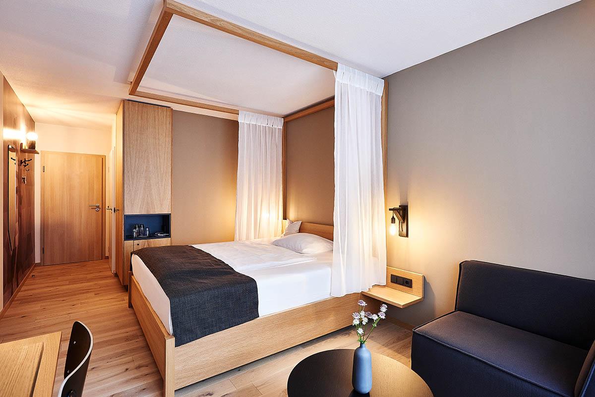 Hotelfotografie Zimmer im Ritterstil Hotel Zugbrücke Grenzau - Imagefotografie und Storytelling für Unternehmen