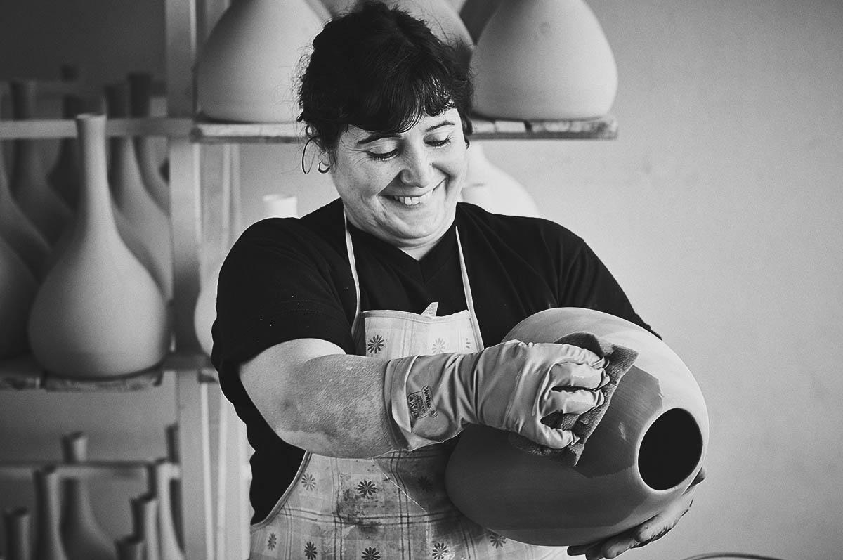 Portrait einer Keramikerin bei der Herstellung von Vasen für ASA Selection