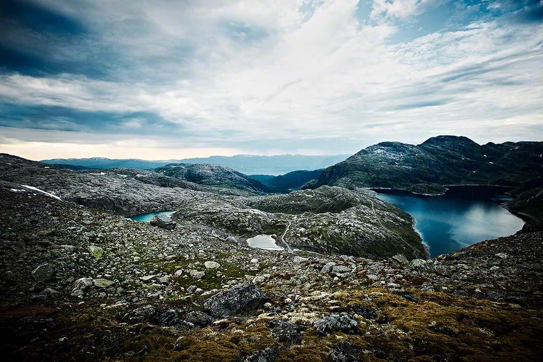 Atemberaubende Felsen-Landschaft auf dem Gipfel eines norwegischen Gletschers im Sommer - Landschafts-Aufnahme: Anna Schneider / neon fotografie