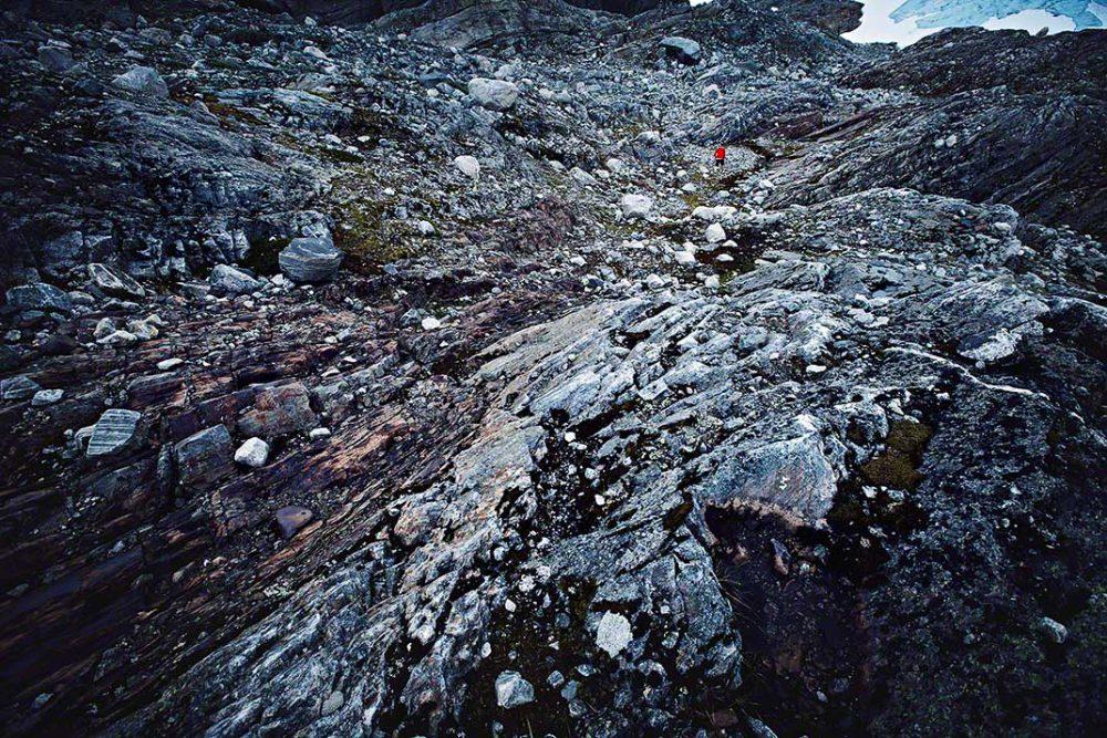 Wanderung über einen felsigen Gletscher im norwegischen Sommer - Reise-Reportage: Anna Schneider / neon fotografie