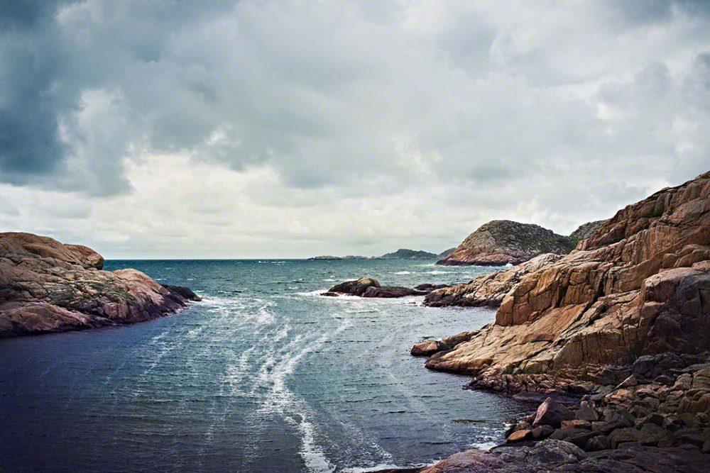 Die felsige Küstenlandschaft im Süden Norwegens an einem stürmischen Tag - Foto: Anna Schneider / neon fotografie