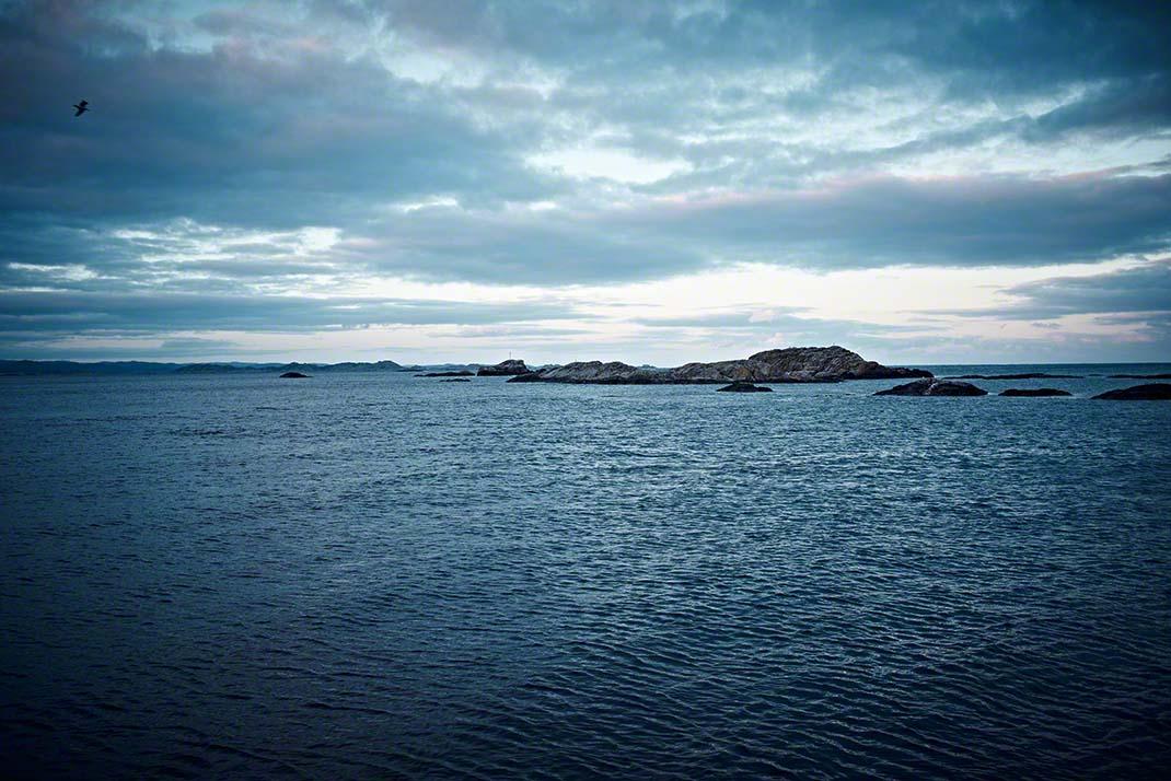 Norwegische Küstenlandschaft in der Abenddämmerung - Reisereportage: Anna Schneider / neon fotografie