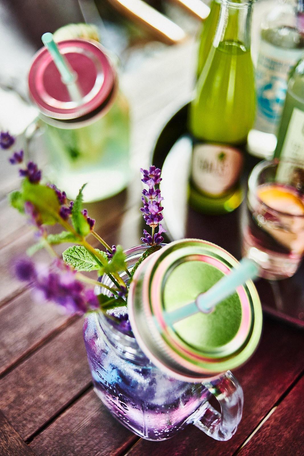 Hausgemachte Limonade mit Lavendel und Minze im Cafe Pfefferminzje in Koblenz - Foodfotografie von Anna Schneider neon fotografie