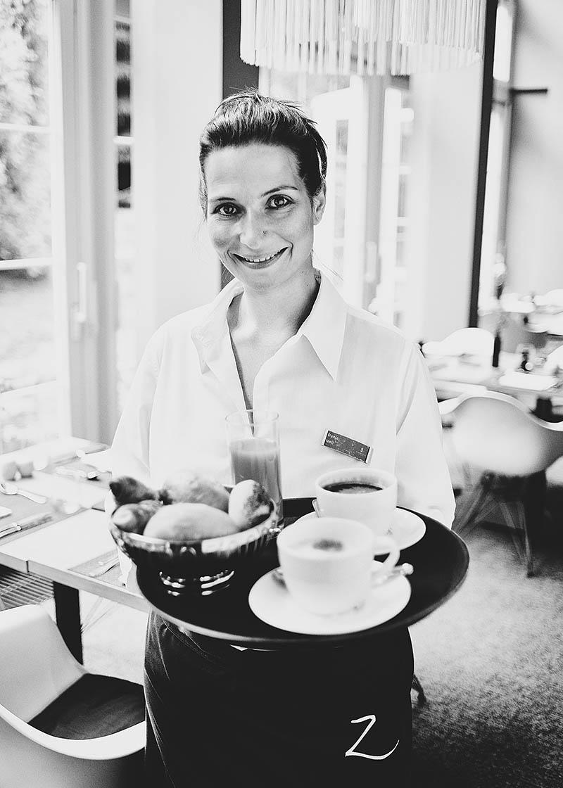 Sympathisches Mitarbeiterfoto Servicekraft im Hotel Zugbrücke - Imagefotografie und Storytelling für Unternehmen