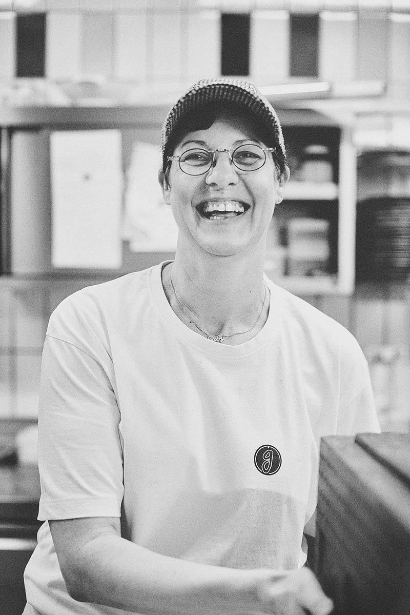 Sympathisches Porträt einer Bäckerin Foodreportage und Editorial Bäckerei Geisen Der Brotbäcker