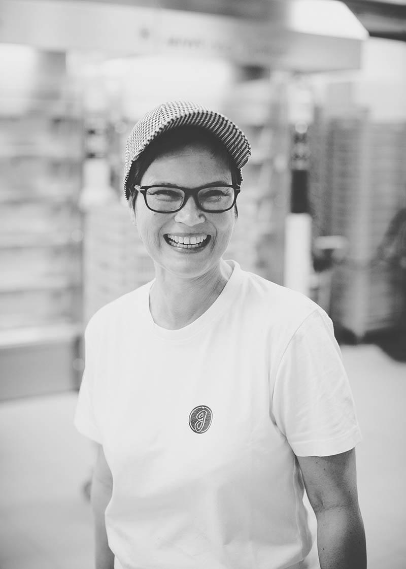 Porträt einer lachenden Bäckerin in der Backstube Foodreportage und Editorial Bäckerei Geisen Der Brotbäcker