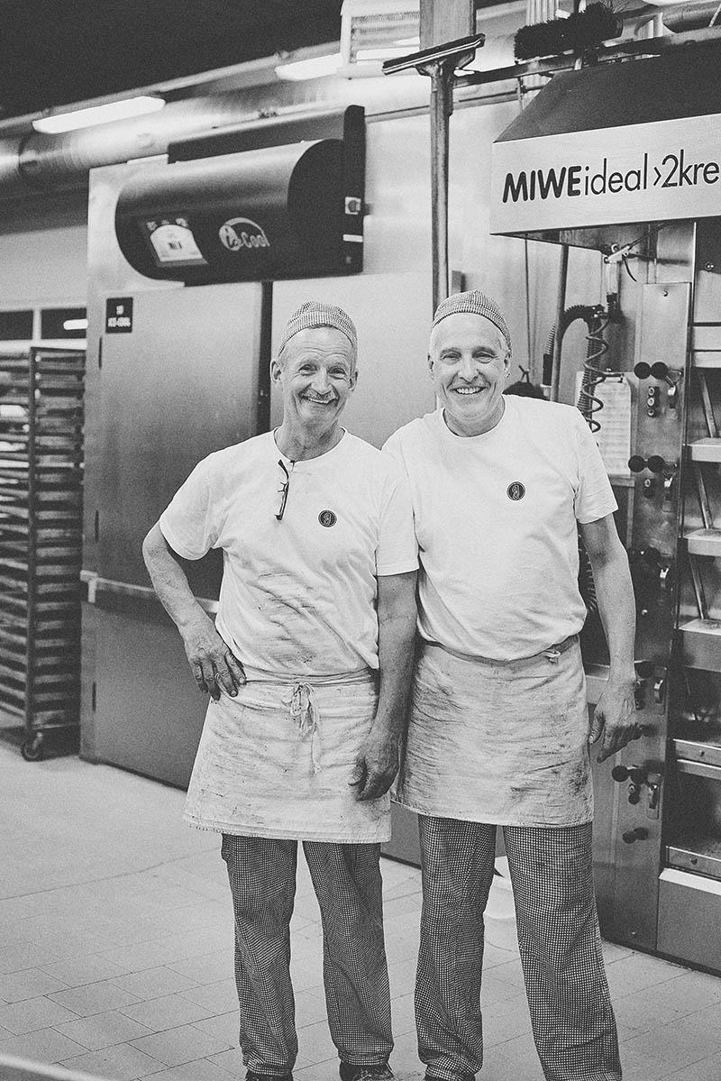 Freundliches Teamfoto in der Backstube Foodreportage und Editorial Bäckerei Geisen Der Brotbäcker