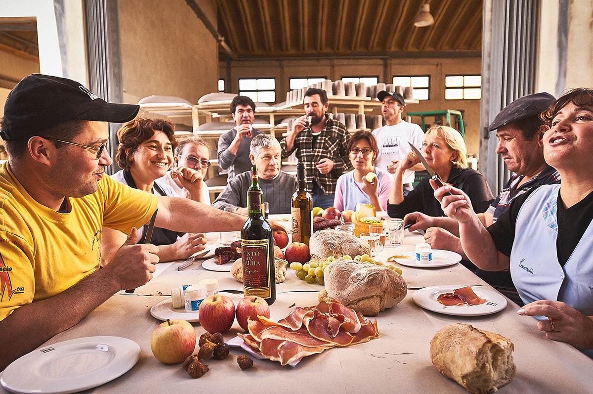 Arbeiter in Portugal bei der Mittagspause Editorial Keramik-Produktion für ASA Selection