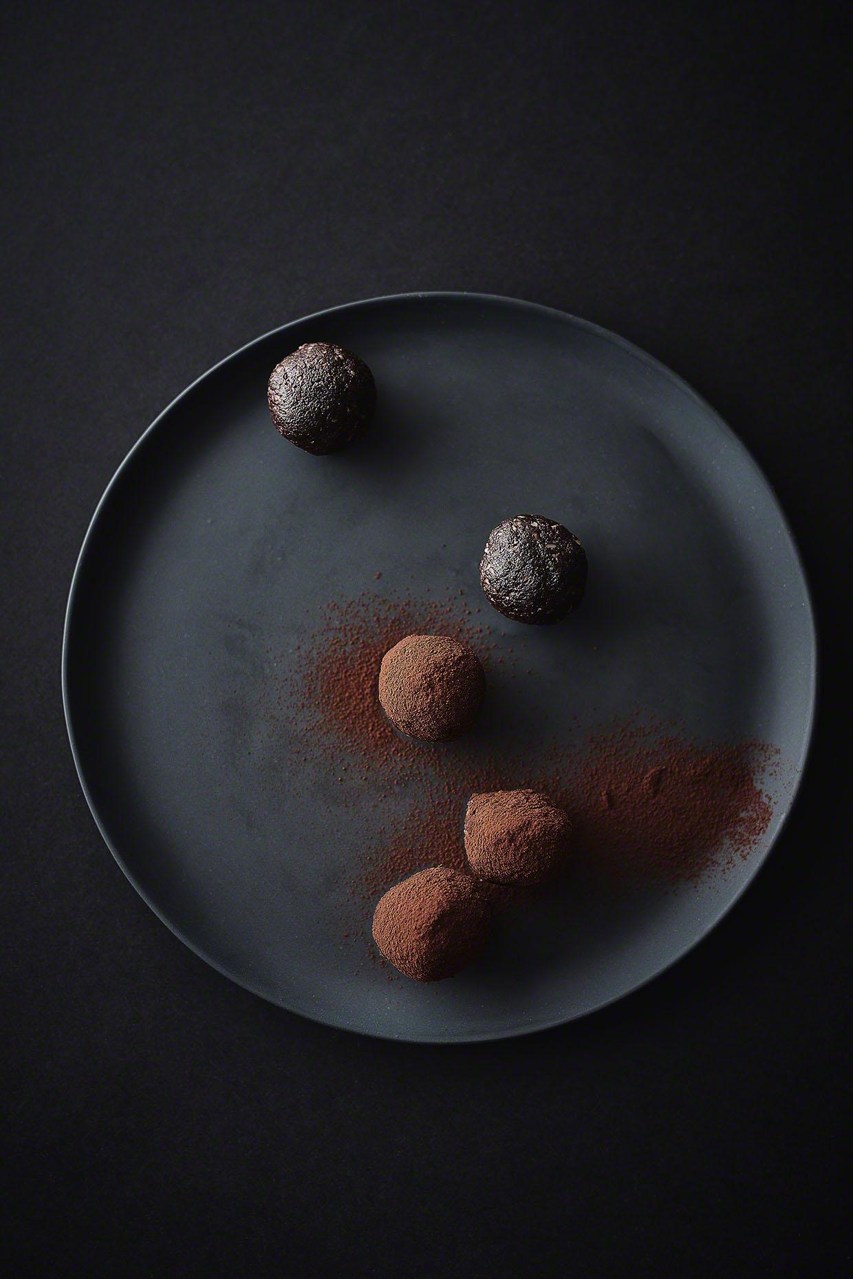 Gesunde Schoko-Mandel-Energiebällchen nach Rezept von Deliciously Ella - Foodfotos Energyballs neon-fotografie