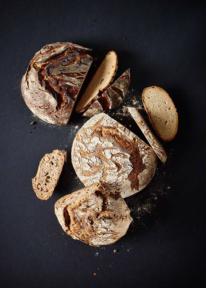 Frisch gebackenes Brot - Moderne und stimmungsvolle Food-Fotografie und Image-Motive mit klarer Bildsprache: Anna Schneider / neon fotografie