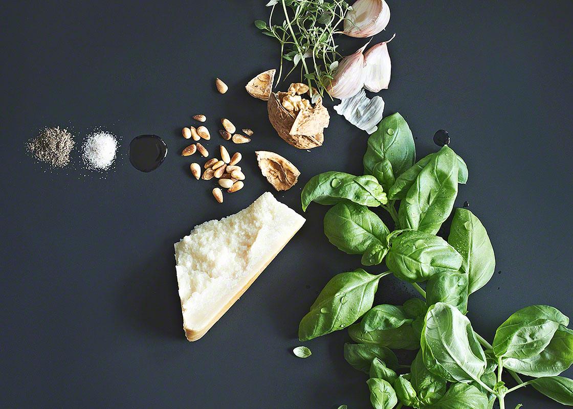Moderne Food-Fotografie Zutaten für grünes Basilikum-Pesto auf Schwarz